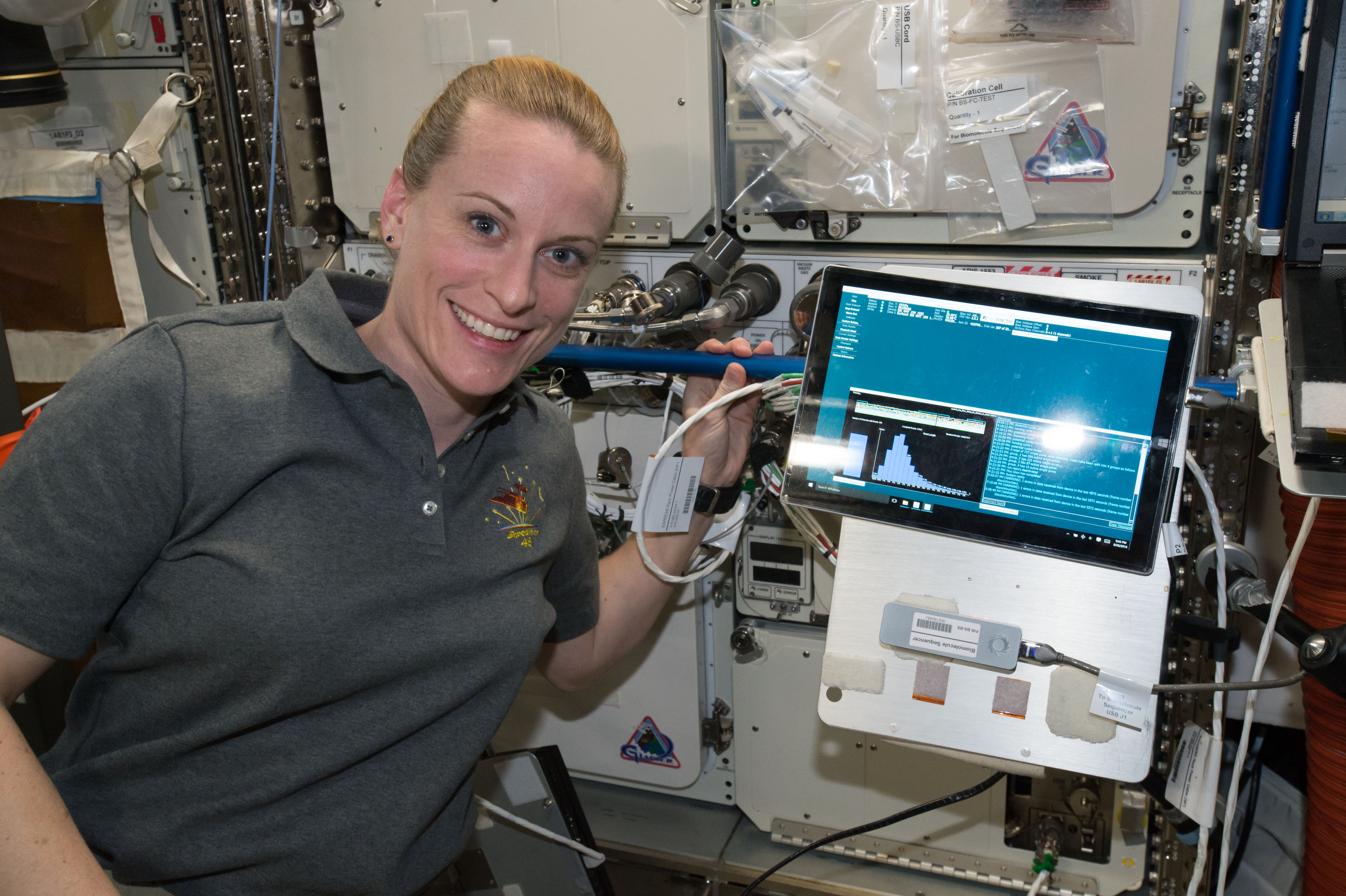 """Астронавт Кейт Рубинс впервые истории секвенировала геном вкосмосе. Но специалистам <abbr lang=""""ru"""" title=""""NASA— Национальное управление по воздухоплаванию иисследованию космического пространства США"""">НАСА</abbr> этого мало— они хотят научиться делать все необходимые для анализа <abbr lang=""""ru"""" title=""""Дезоксирибонуклеиновая кислота"""">ДНК</abbr> процедуры прямо вкосмосе. Включая предварительную подготовку образцов."""