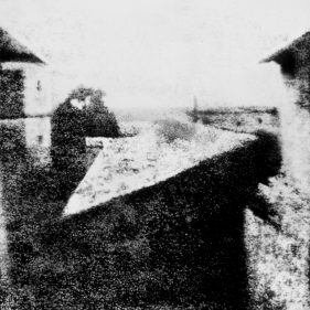 «Вид из окна в Ле Гра», гелиографический снимок 1826 г.