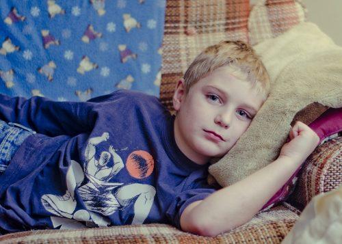 У привитых детей ивзрослых паротит обычно протекает влёгкой форме, поэтому пациентам обычно достаточно постельного режима ибезрецептурных обезболивающих.