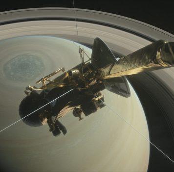 Грандиозный финал: «Кассини» пролетел между Сатурном иего кольцами ивышел нафинишную прямую
