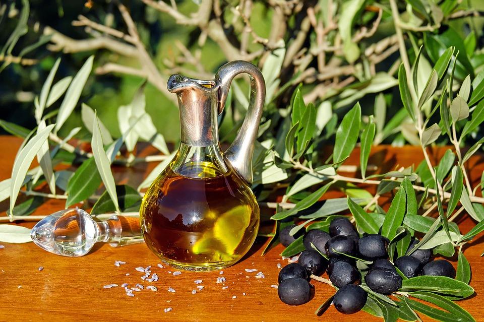 Широко известно, что оливковое масло полезно для сердца. Авторам нового исследования удалось показать, что оно также защищает печень от последствий употребления избытка жиров.