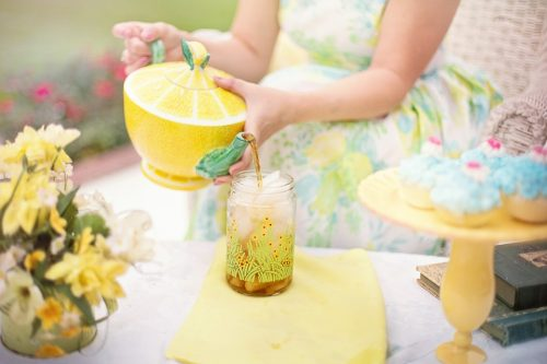 И холодный чай, илимонад, как правило, содержат много сахара и, соответственно, много калорий.