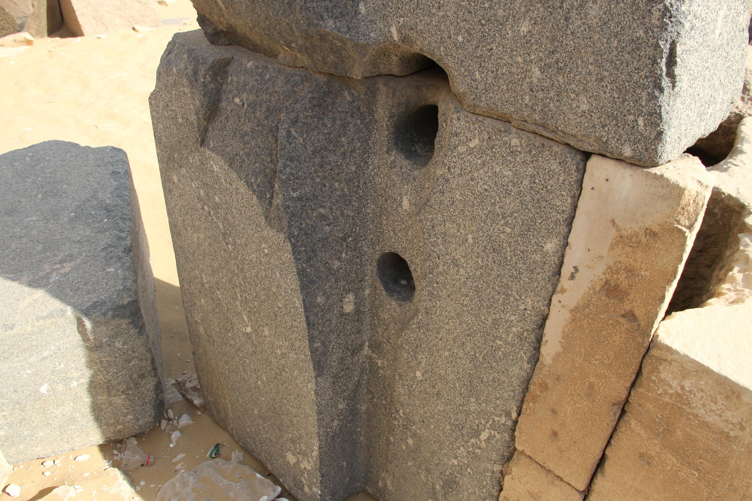 Блок спросверлёнными отверстиями вАбусире