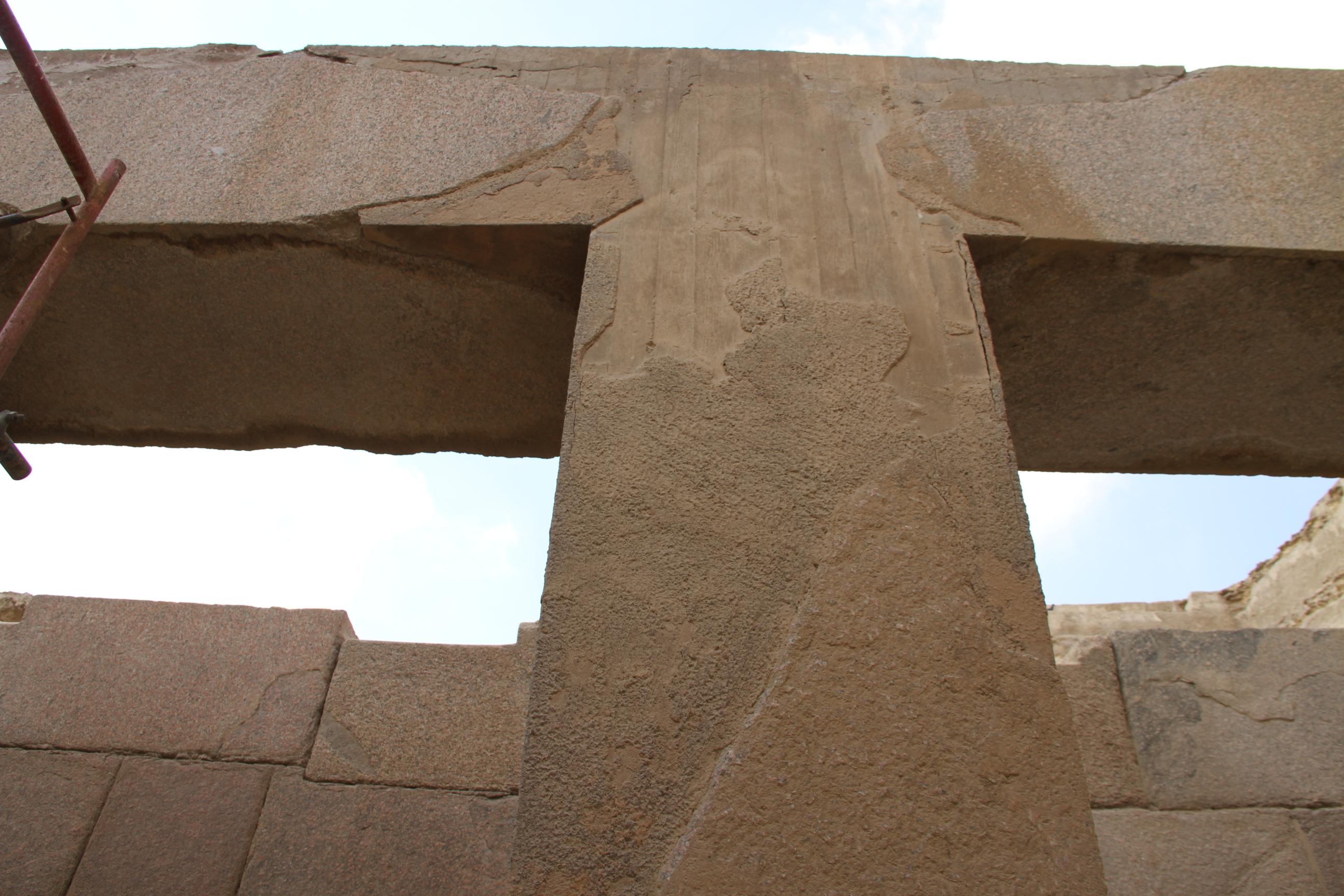 Бетонная реставрация колонн храма упирамиды Хефрена. Слева виден кусочек лесов