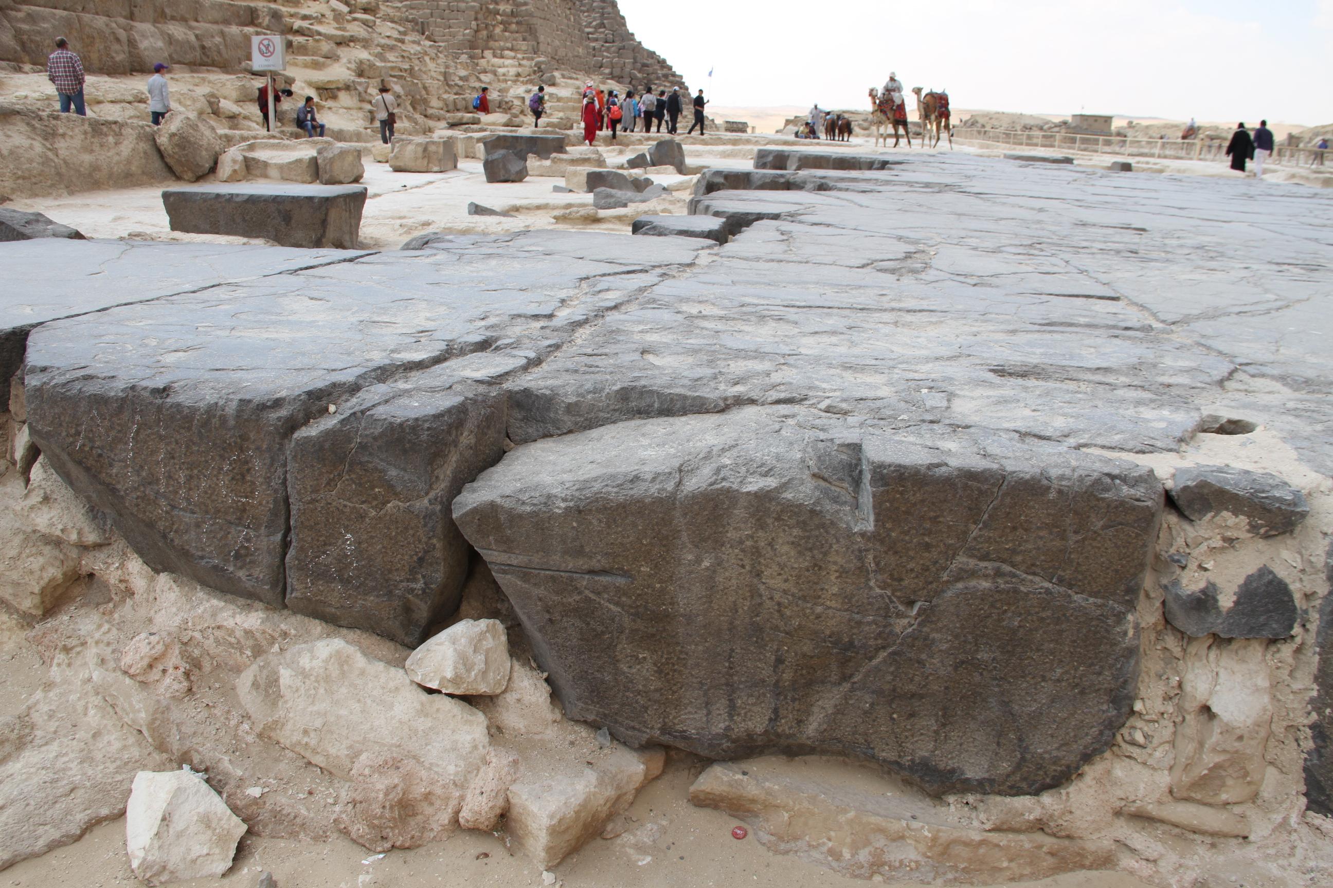 Базальтовый пол перед пирамидой Хеопса. Видны «следы таинственных инструментов»