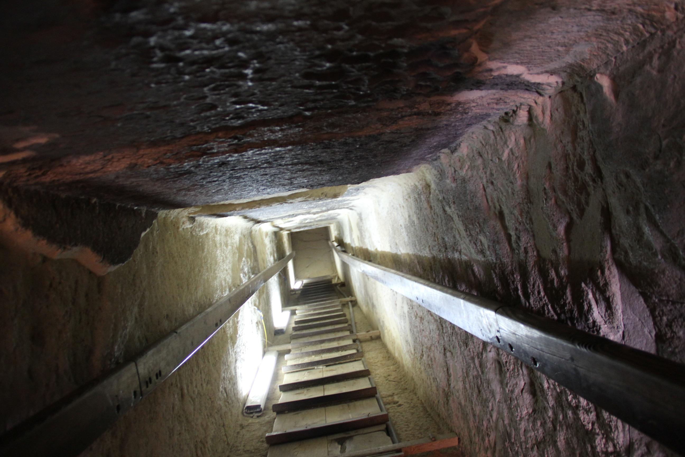 Спуск впогребальную камеру пирамиды Хетепхерес (пирамида-спутница пирамиды Хеопса)