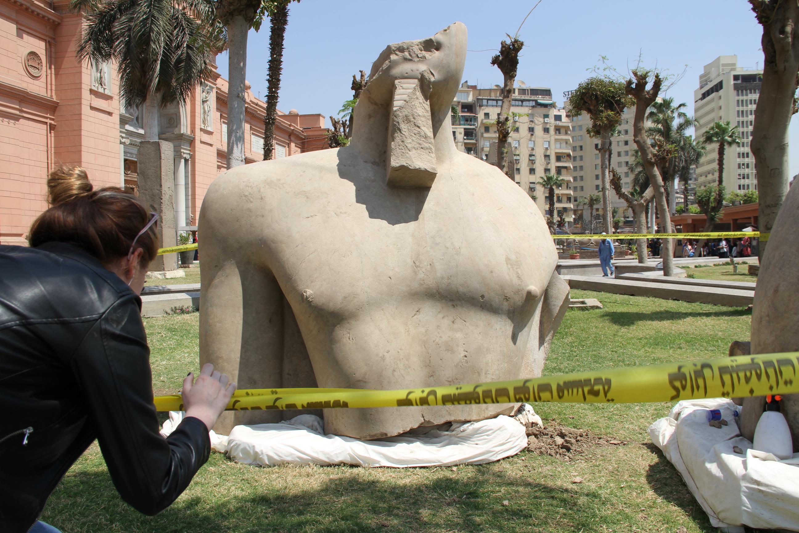 Часть 8-метровой статуи фараона Псамметиха I (XXVI династии). Двор Каирского музея