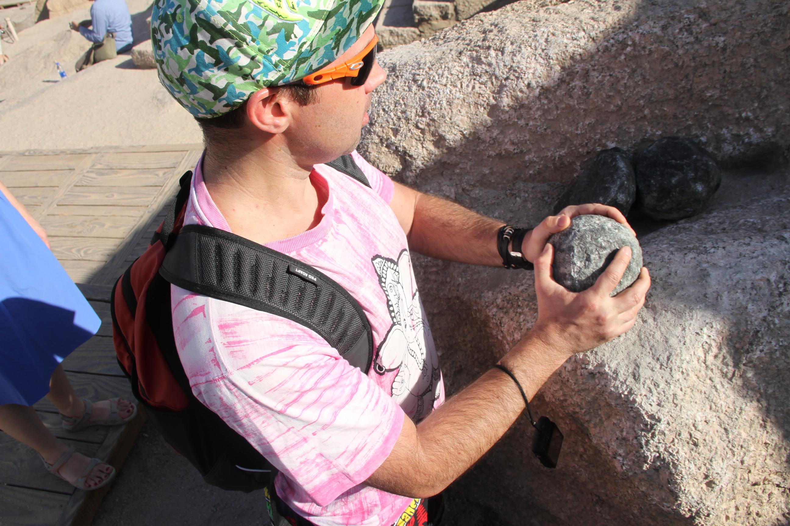 Георгий Соколов сдолеритовым шаром. Асуанские каменоломни