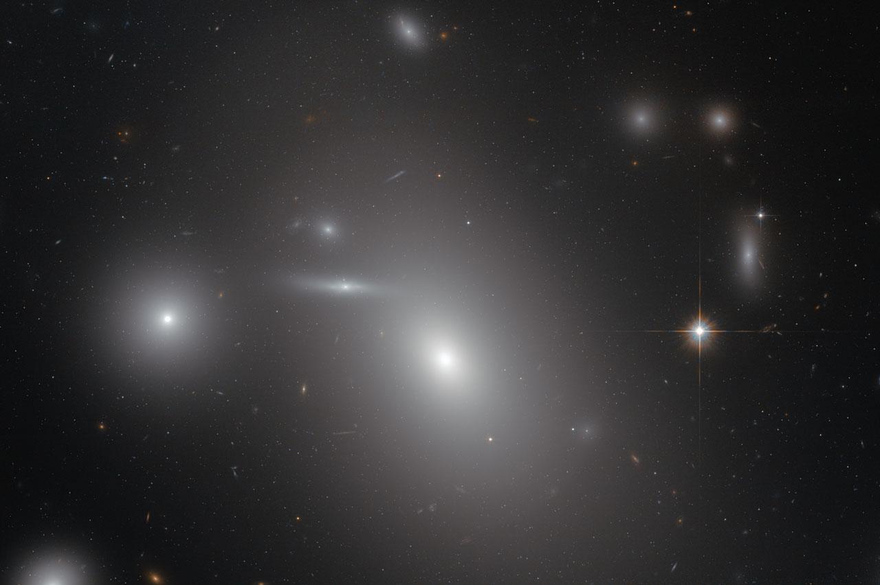 Галактика NGC 4889. Снимок стелескопа Хаббл.