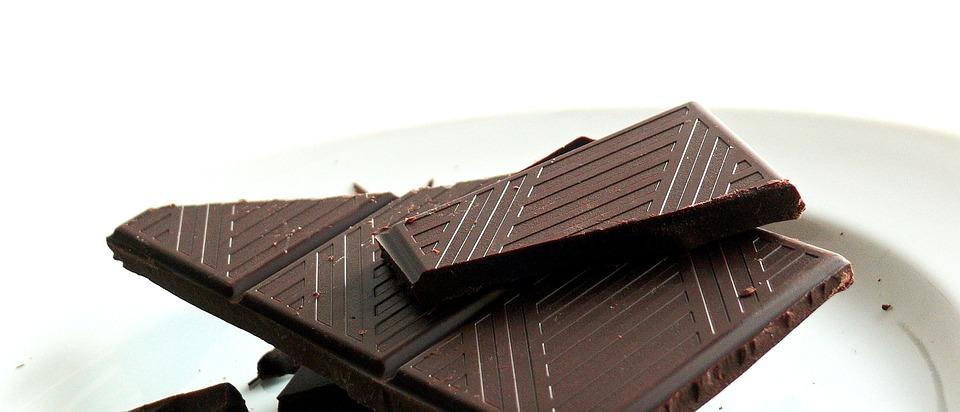 Один квадратик шоколада из стограммовой плитки весит около 5г. По мнению авторов нового исследования, внеделю стоит съедать хотя бы 6 таких квадратиков.