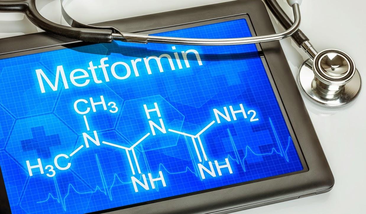 Метформин снижает уровень глюкозы крови, уменьшая её выработку впечени. Но, по-видимому, это неединственный механизм действия препарата.