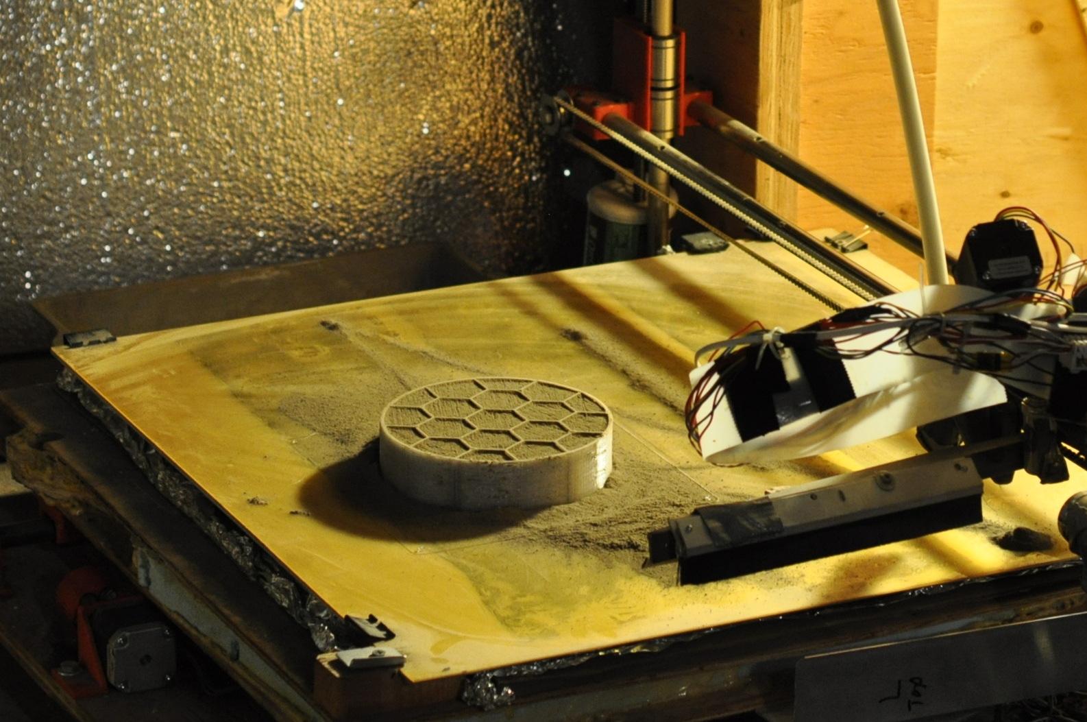 Команда Университета Аляски вФэрбанксе печатает строительные блоки для постройки марсианского жилища врамках конкурса 3D-Printed Habitat Challenge.