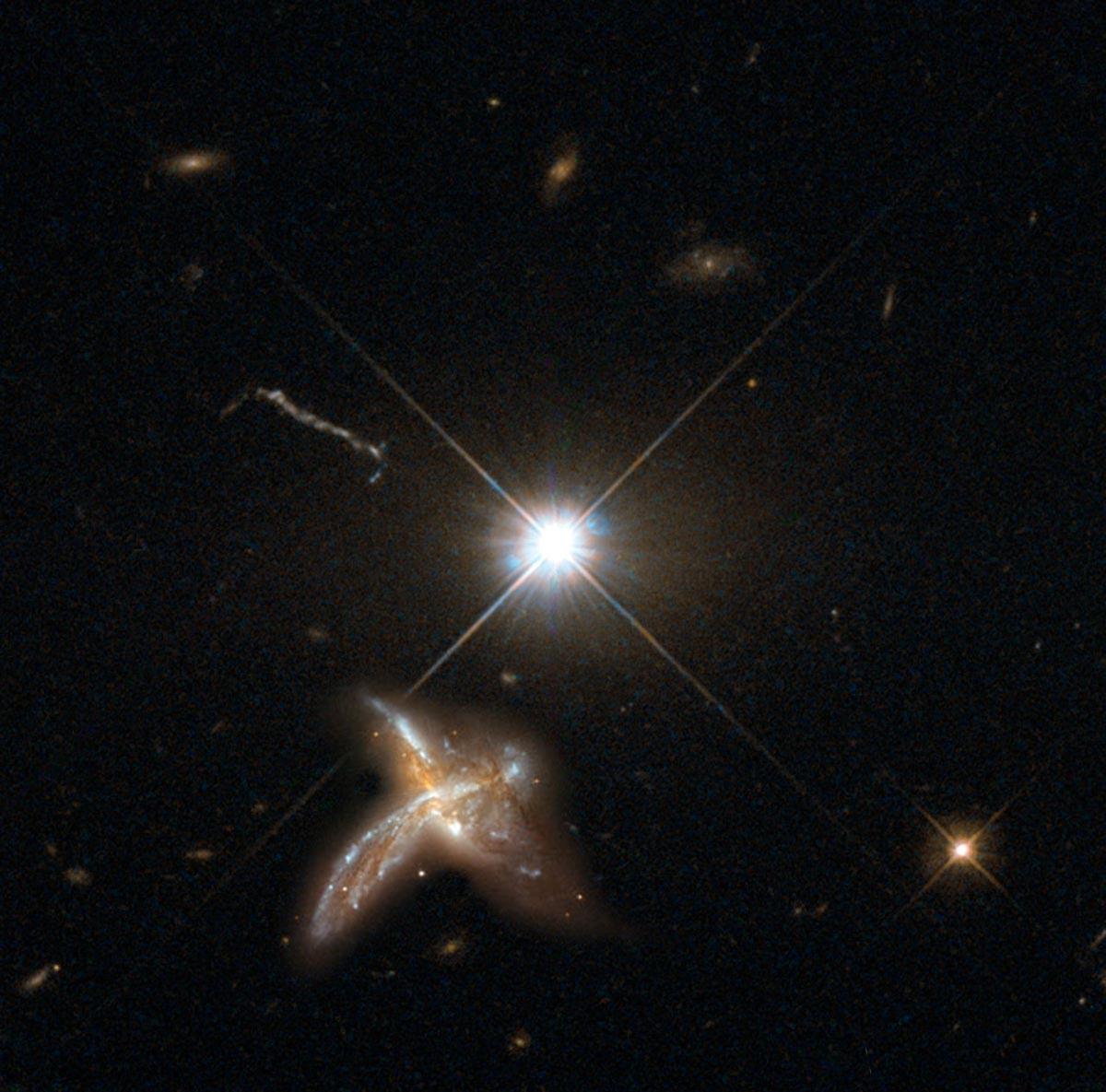 """Квазар игалактика-спутник, рисунок. Галактики, окоторых идёт речь вновом исследовании, находятся настолько далеко, что подробные снимки получить невозможно. Источник: <a href=""""http://www.mpia.de/news/science/2017-07-young-starforming"""" target=""""_blank"""">Институт астрономии Общества Макса Планка</a>."""