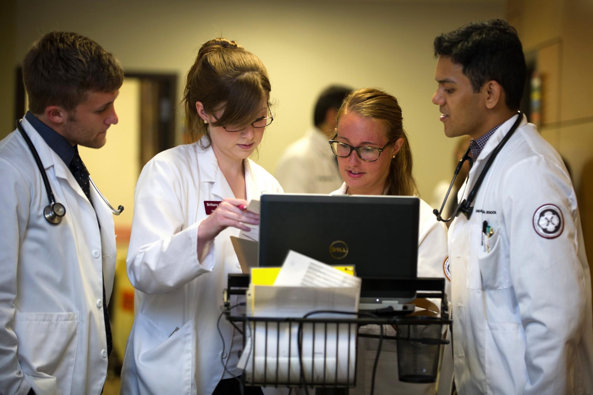 Далеко невсем пациентам нравится, когда их клинические случаи изучает толпа студентов-медиков. Но вбольницах, где именно так ипроисходит, риск умереть немного ниже.
