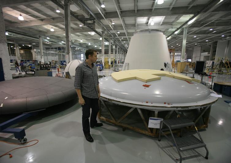 Маск осматривает тепловую защиту нафабрике SpaceX