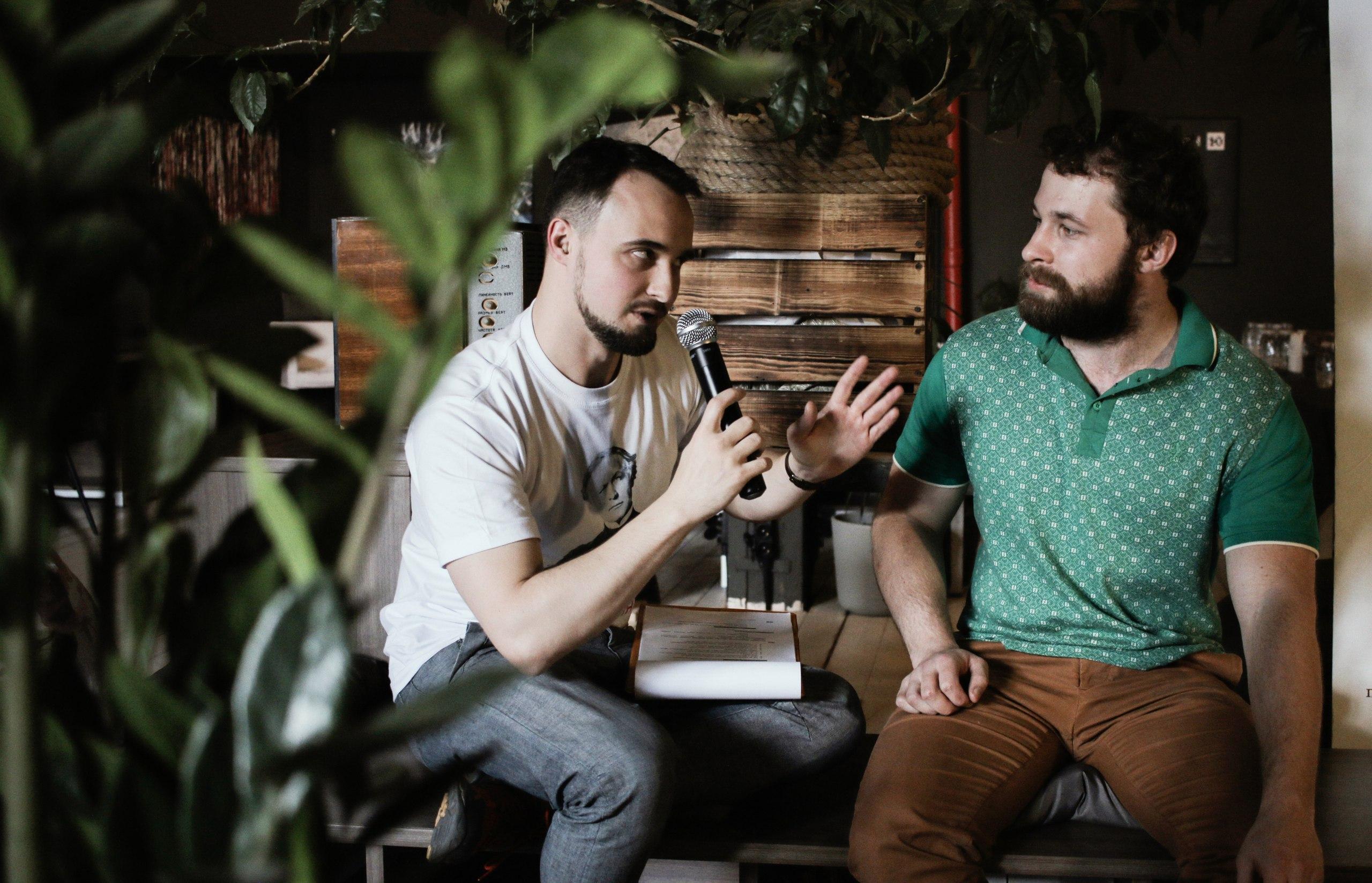 Сергей Кортиков (слева) беседует ссоискателем премии Дмитрием Марындой