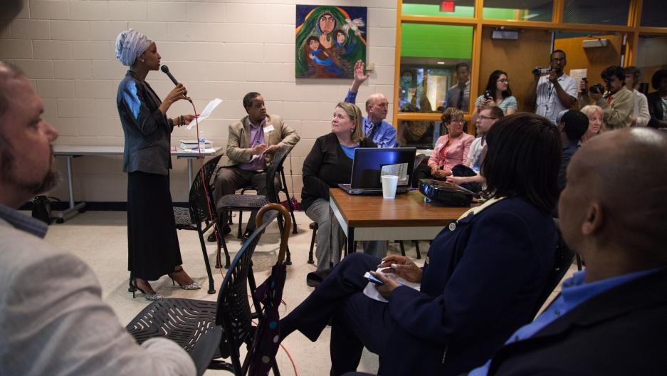 Член законодательного совета штата Миннесота обсуждает эпидемию кори ивакцинацию спредставителями сообщества сомалийских американцев.