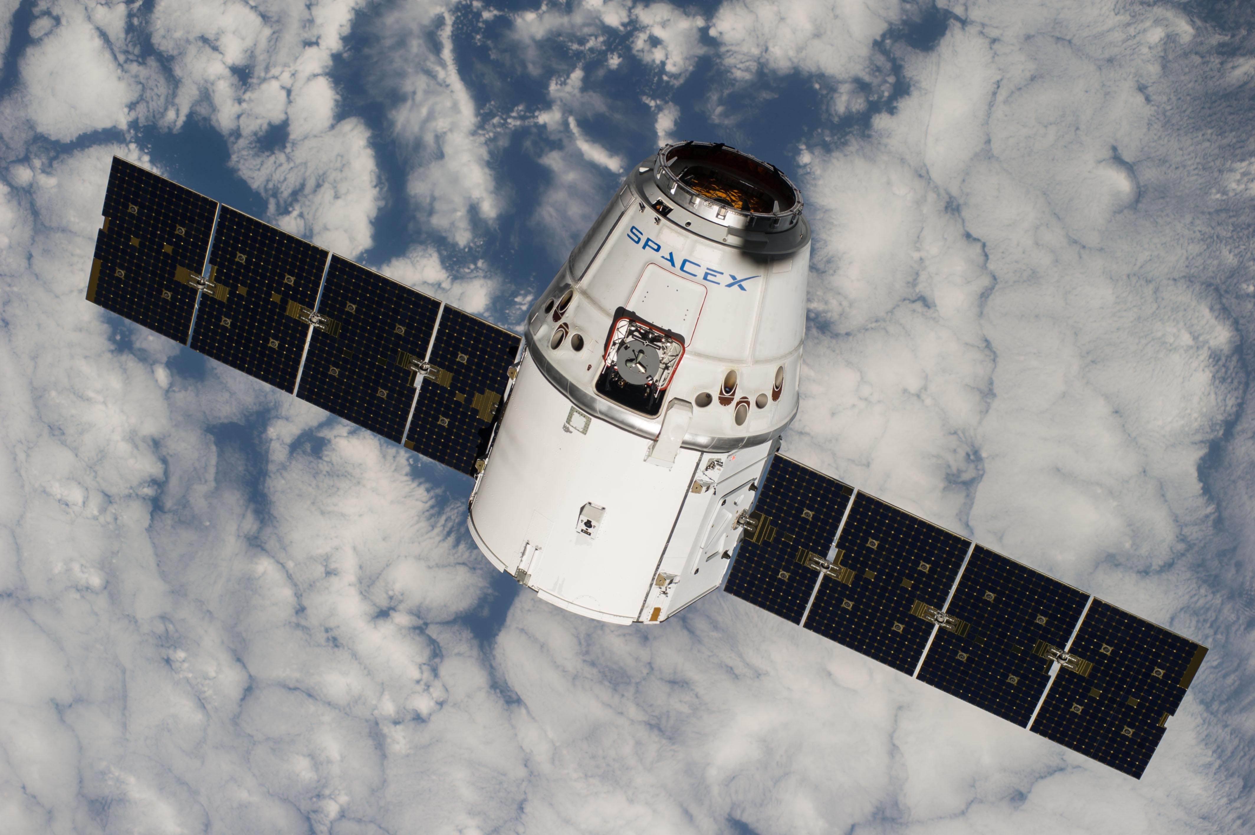 Коммерческий космический корабль <i>Dragon</i> компании <i>SpaceX</i>.