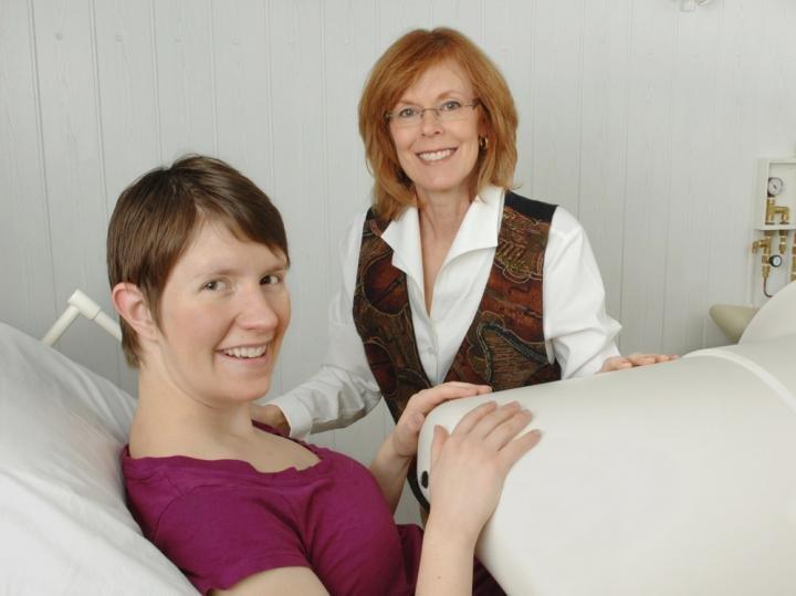 Катлин Густафсон, доцент кафедры нейрологии вЦентре нейровизуализации Хогладна (справа) сбудущей матерью вэмбриональном биомагнитометре.