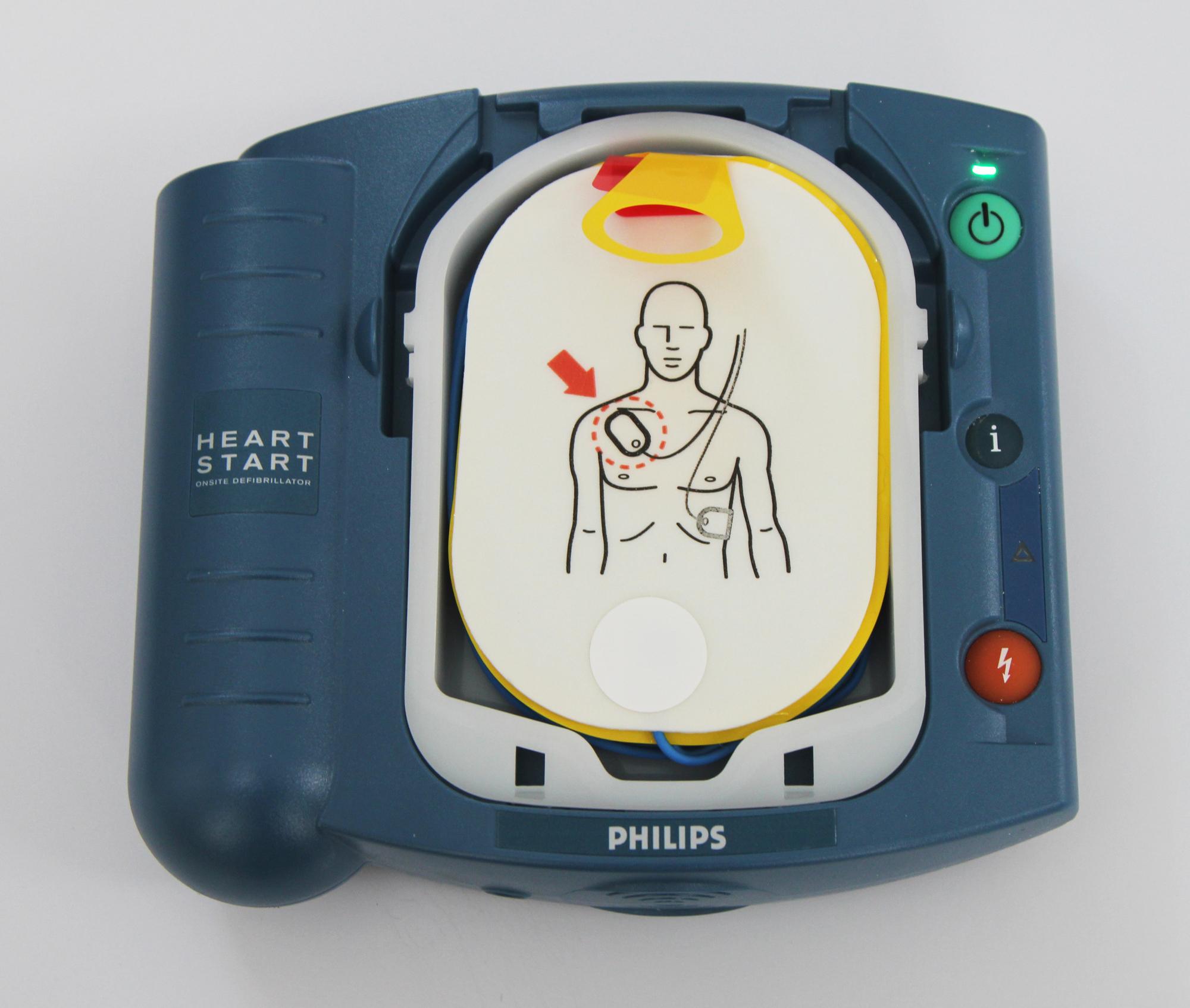 Автоматический наружный дефибриллятор. Нанаклейках сэлектродами нарисовано, куда именно их надо клеить.