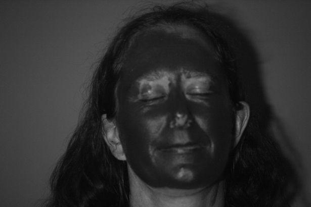 Снимки со специальной камеры наглядно демонстрируют, что участки кожи вокруг глаз остались незащищёнными.