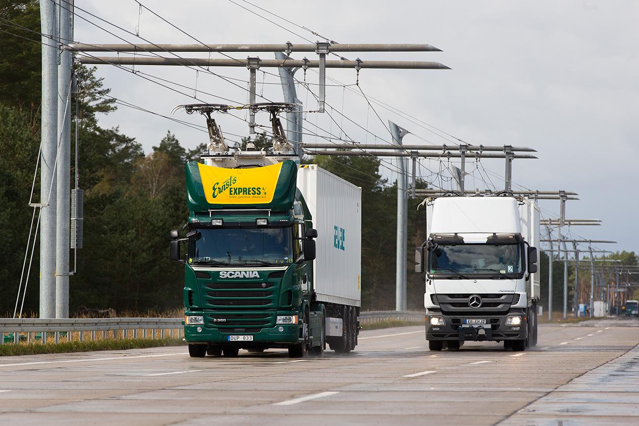 Электрифицированные грузовики впитанием от подвесной контактной линии.