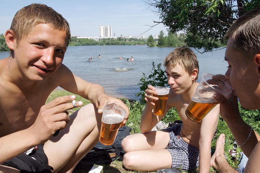 Подростки, планирующие получить неполное среднее образование, азатем поступить втехникум или училище, пьют больше тех кто намерен закончить 10 классов исразу же поступать ввуз.
