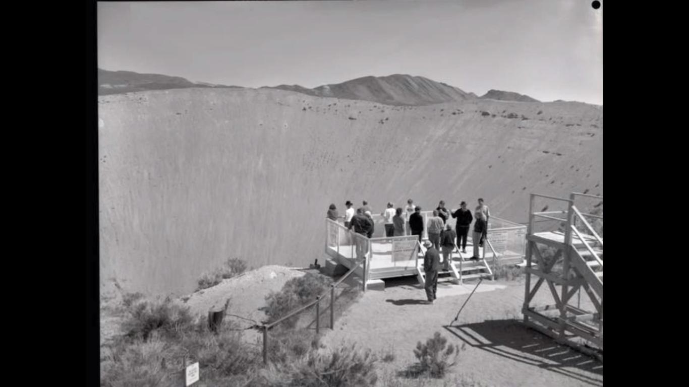 Вот картинка кратера, оставшегося после очень маленького ядерного испытания. Кратер от самого большого ядерного взрыва был в500 раз больше