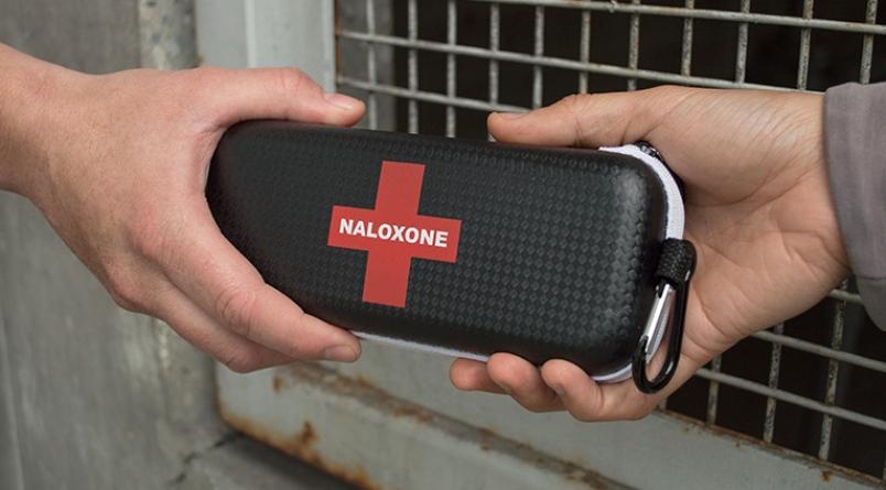Налоксон— единственный препарат, способный помочь при передозировке опиоидами. Но его нужно принять вдостаточном количестве ивовремя.