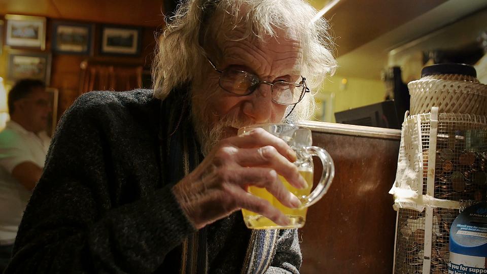 Пожилые люди, употребляющие алкоголь вумеренных количествах, реже страдают от старческой деменции икогнитивных нарушений. Однако злоупотребление спиртным может привести кразвитию алкогольной деменции.