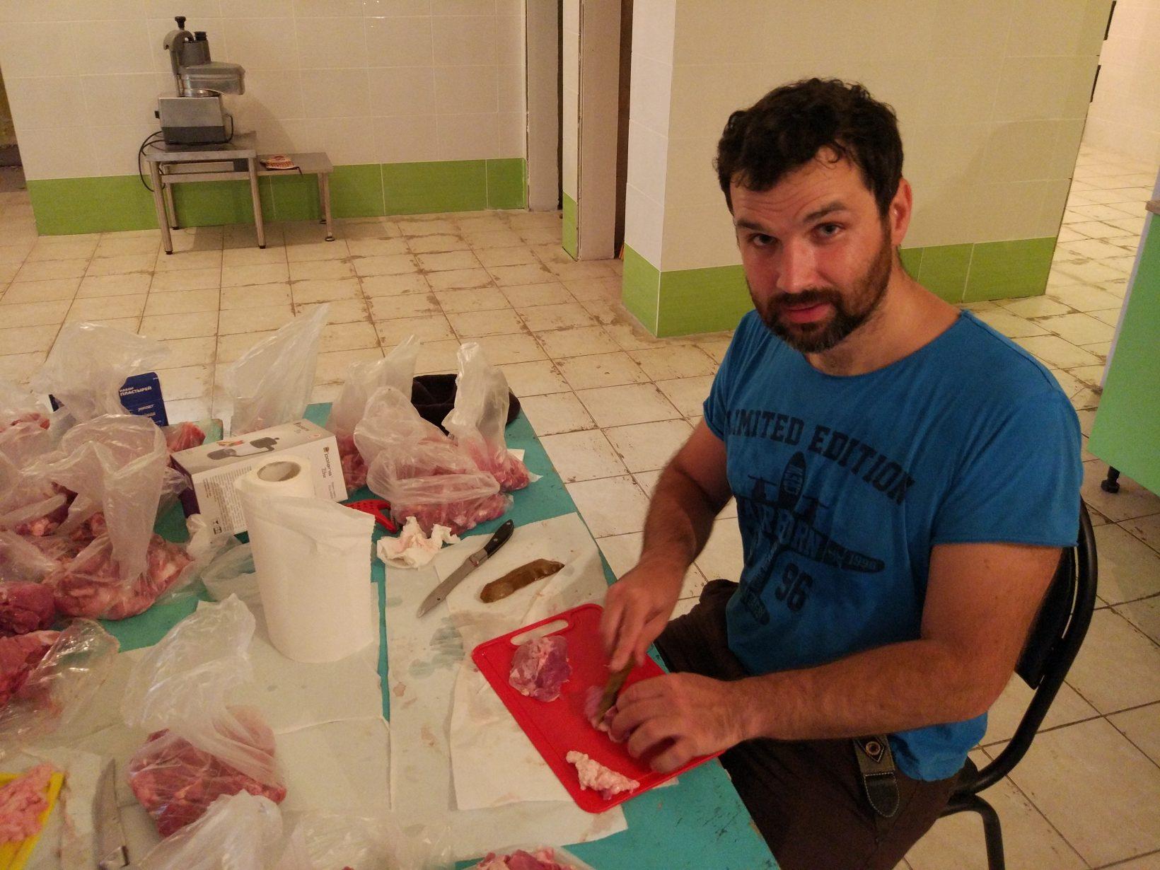 Александр Соколов режет мясо кремнёвой пластиной