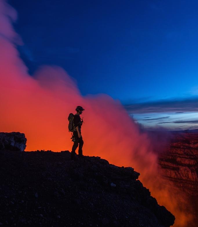 Сэм Коссман накраю кратера вулкана Масая.