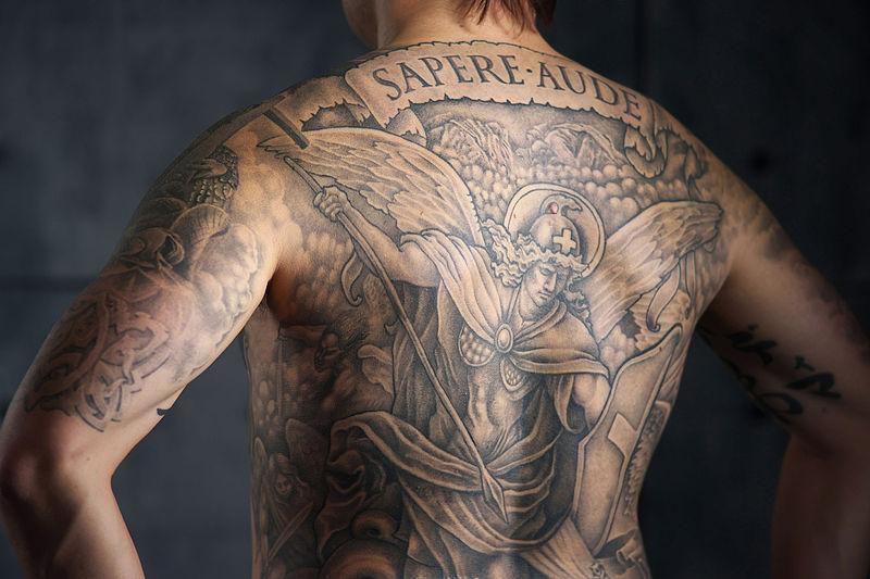 По словам некоторых экспертов, «краски, из которых сейчас делают долговечные ияркие татуировки, были разработаны для автомобилей ипринтеров. Химическая основа осталась той же».