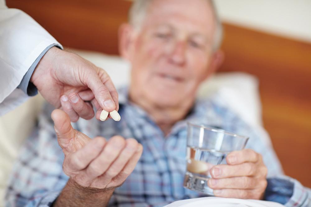 Медикаментозная терапия— это лишь половина лечения болезни Альцгеймера. Для достижения максимального эффекта необходимо сочетать её снемедикаментозными методами: коррекцией образа жизни, модификацией питания, повышением уровня умственной ифизической активности.