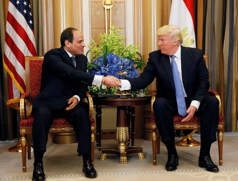 Президент США Дональд Трамп (Donald Trump) спрезидентом Египта Абдул-Фатта́хом Саи́д Хусе́йн Хали́л Ас-Си́си (араб. عبد الفتاح سعيد حسين خليل السيسي).