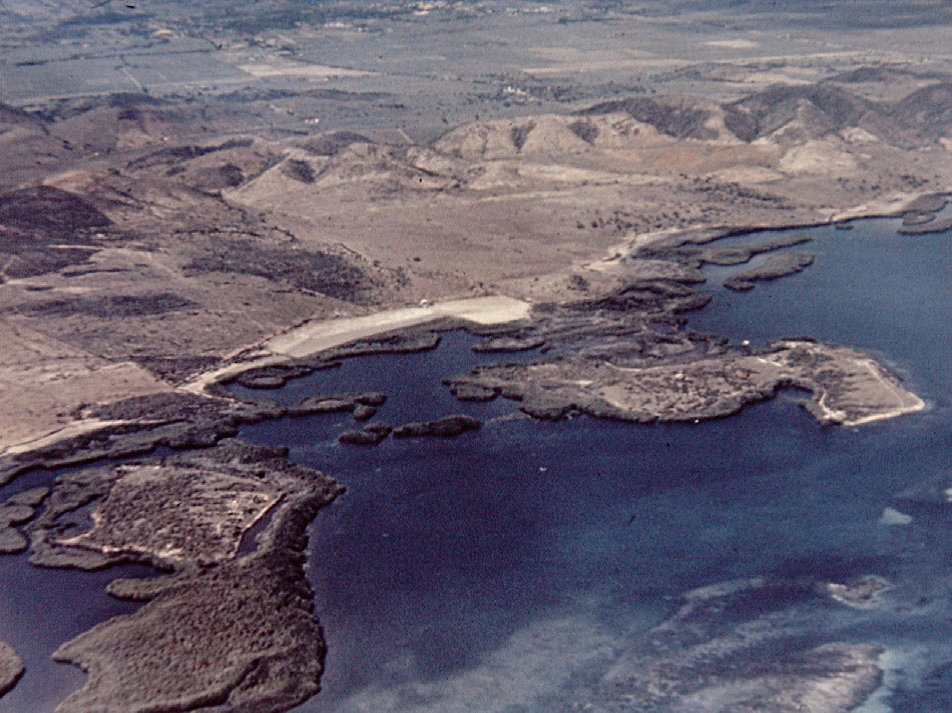 Аэрофото Ла Куэва (справа) иЭль Гуайякан (слева). Островки соединяются сберегом мангровыми «мостами». Назаднем плане— горы Сьерра-Бермеха. Из архива Карибского центра изучения приматов