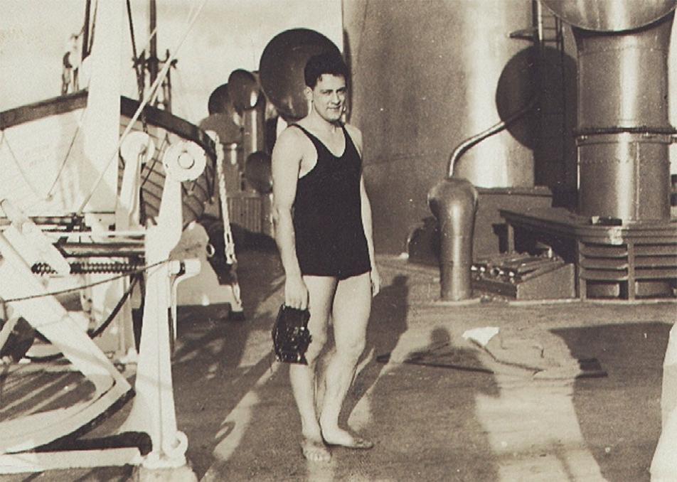 Карпентер напалубе лайнера, везущего макак из Индии вНью-Йорк, 1938г.