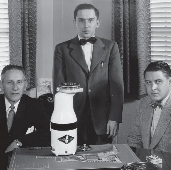 Архитектор Джон Хаммес (слева) сего измельчителем InSinkErator Model 900