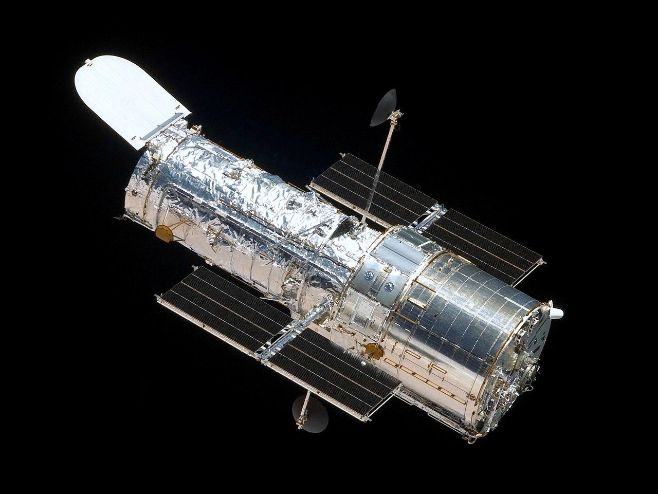Так выглядел космический телескоп Хаббл сборта челнока «Атлантис».