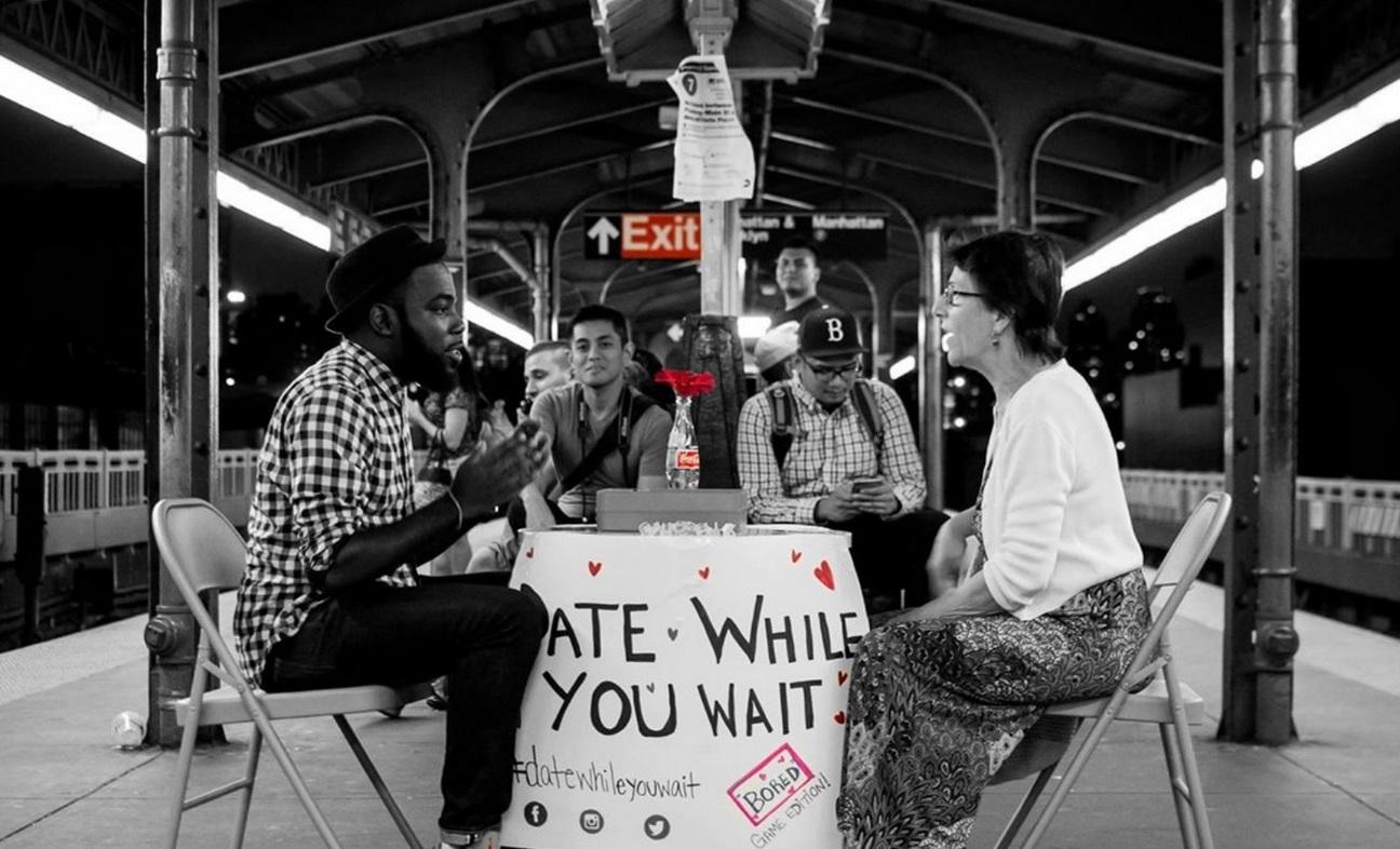 Однажды наодной из станций нью-йоркского метро местный житель поставил стол, стулья итабличку «Ходите насвидания, пока ждёте». Через некоторые время кнему начали подсаживаться прохожие. Интересно, кчему подобный эксперимент привёл бы встране сдругим уровнем доверия кнезнакомцам.
