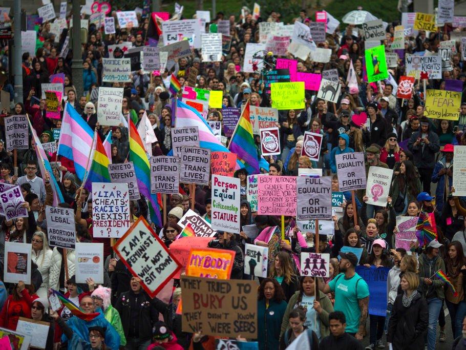 5 марта 2017г. Женщины маршируют по поводу Международного женского дня вЛос-Анджелесе.