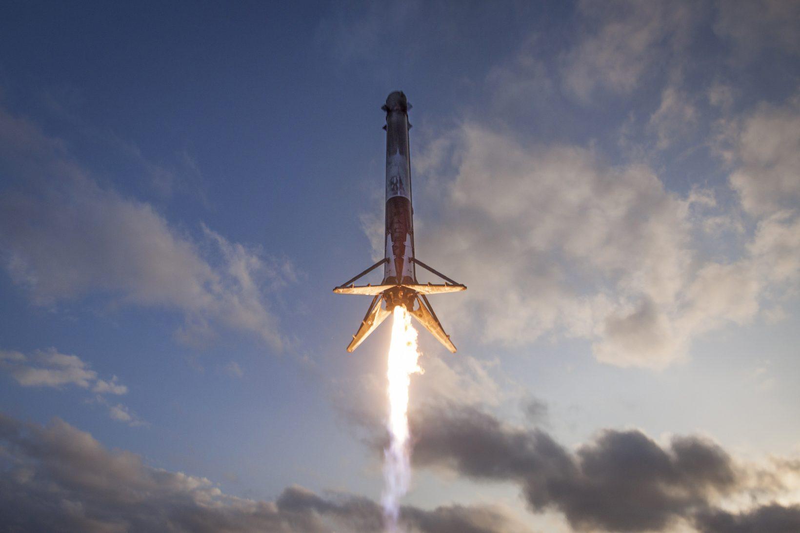 Посадка первой ступени Falcon 9 после успешного завершения миссии SES-10