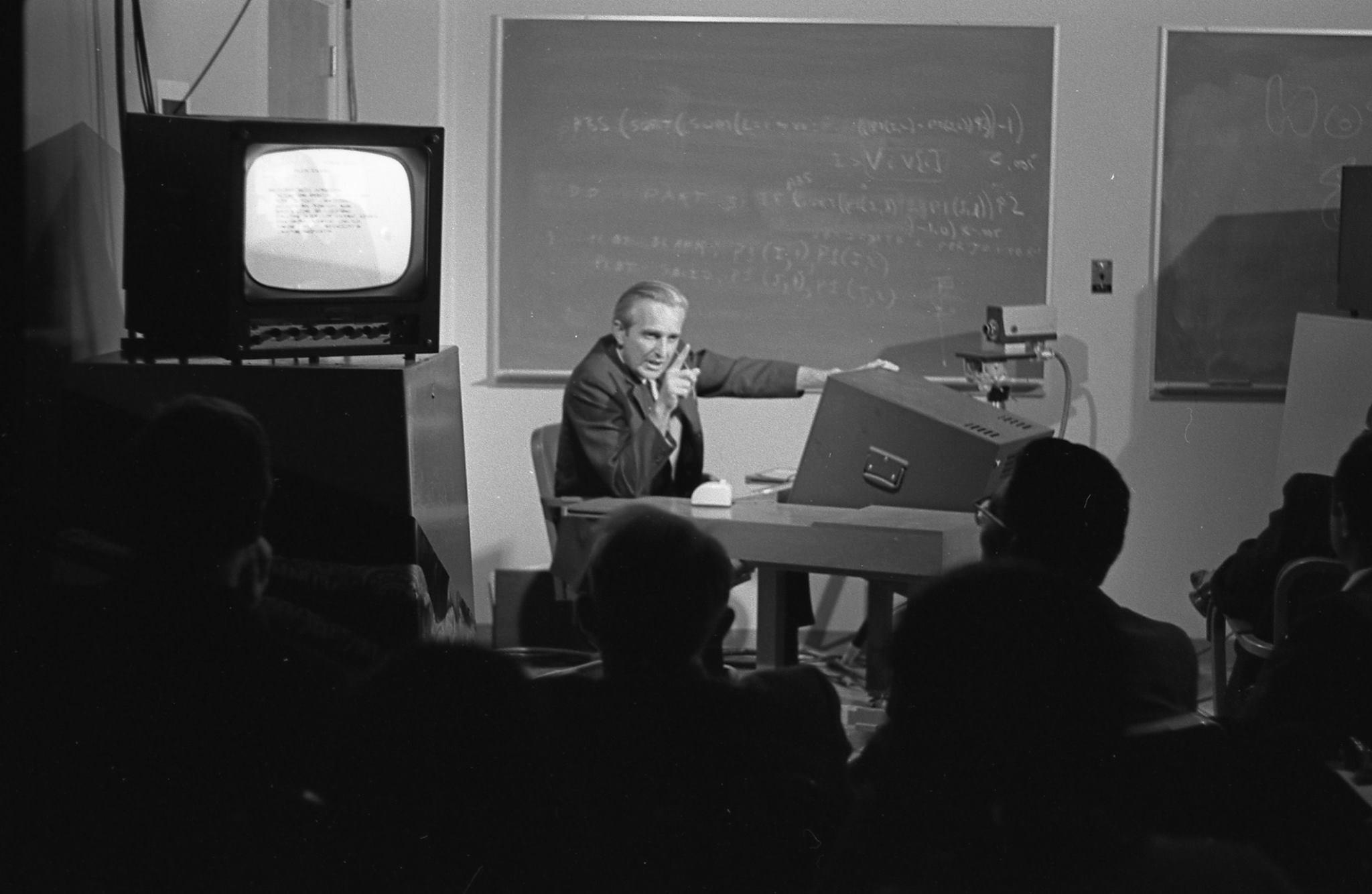 9 декабря 1968 года Дуглас Энгельбарт продемонстрировал публике проект персональных компьютеров, веб-среды икомпьютерной мышки. Это событие стало знаковым для индустрии иэкспертного сообщества тех лет ивошло висторию компьютерной отрасли под названием «Мать всех демонстраций».