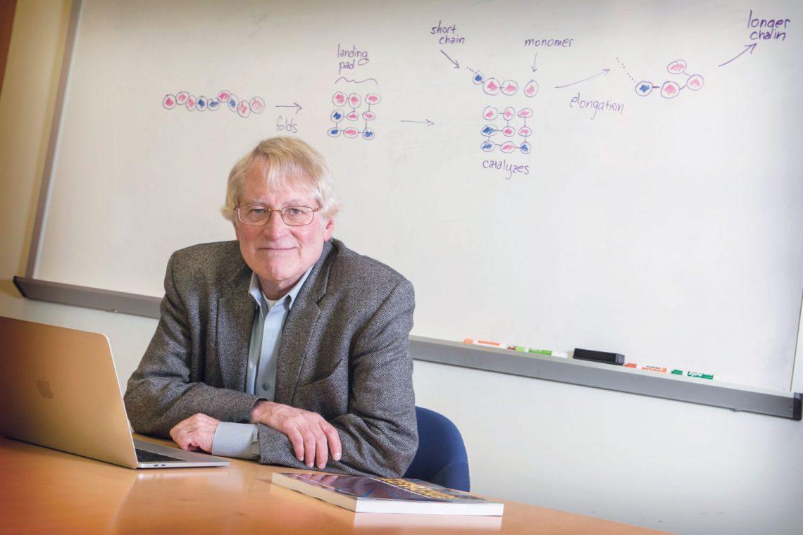 Кен Дилл, биофизик из Университета Стоуни-Брук, уже ряд десятилетий изучает складывание белка. Сейчас он исследует переход от химической материи кбиологической, происходивший четыре миллиарда лет назад