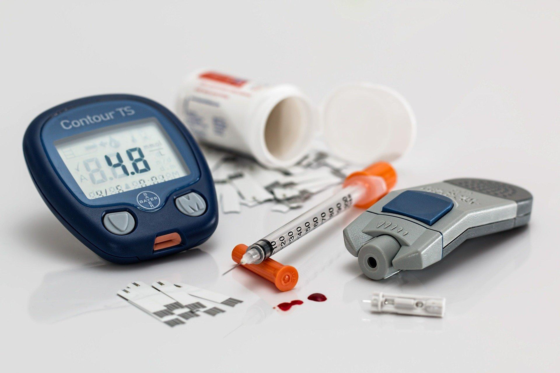 Лечение сахарного диабета 2 типа включает всебя контроль уровня глюкозы, приём сахароснижающих препаратов и— внекоторых случаях— инсулиновую терапию.