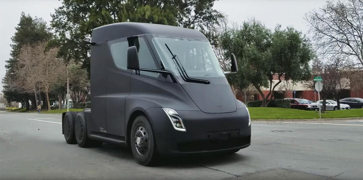 Электрогрузовик <i>Tesla Semi</i>.