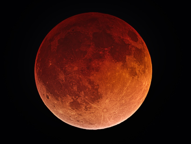 Сквозь земную атмосферу до Луны доходит лишь свет красного спектра, придавая ей характерный цвет.