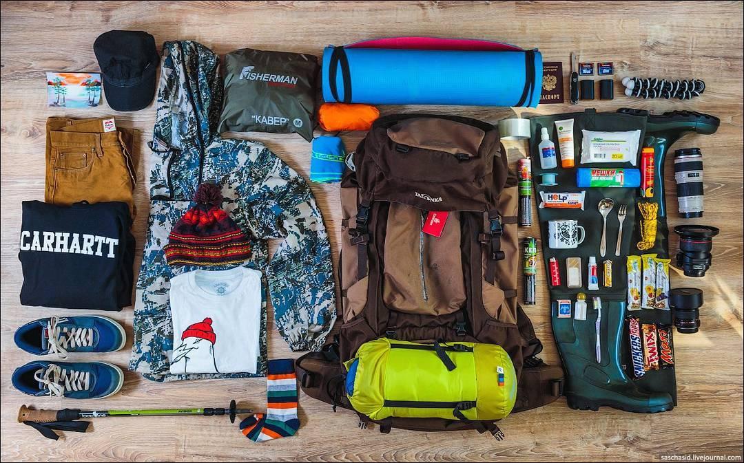 Фотошпаргалка по сбору рюкзака. Ничего лишнего: тёплая одежда, пенка, спальный мешок, резиновые сапоги идругие вещи первой необходимости.