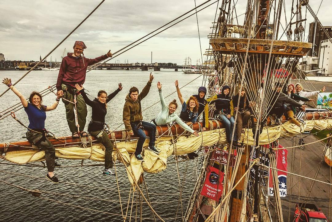 Довольные лица членов команды однозначно говорят отом, что трудности морской жизни ничего непортят.
