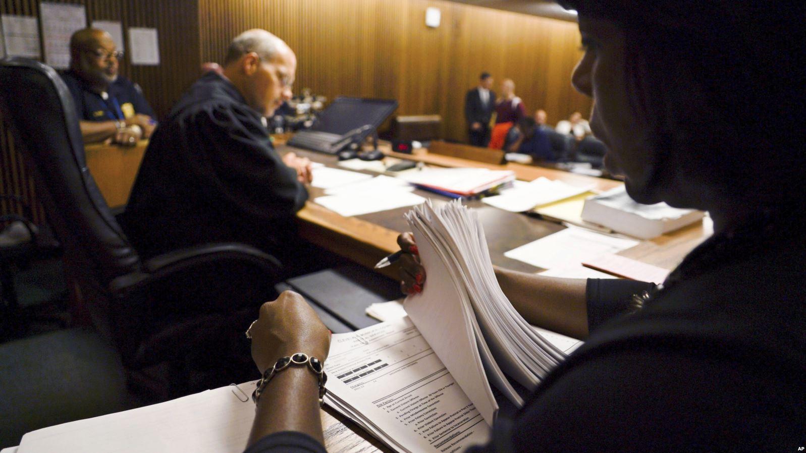 Искусственный интеллект помогает американским судьям определить меру пресечения. Ореальных сроках речь пока неидёт.